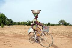 Frau mit Kind am Fahrrad-Burkina Faso